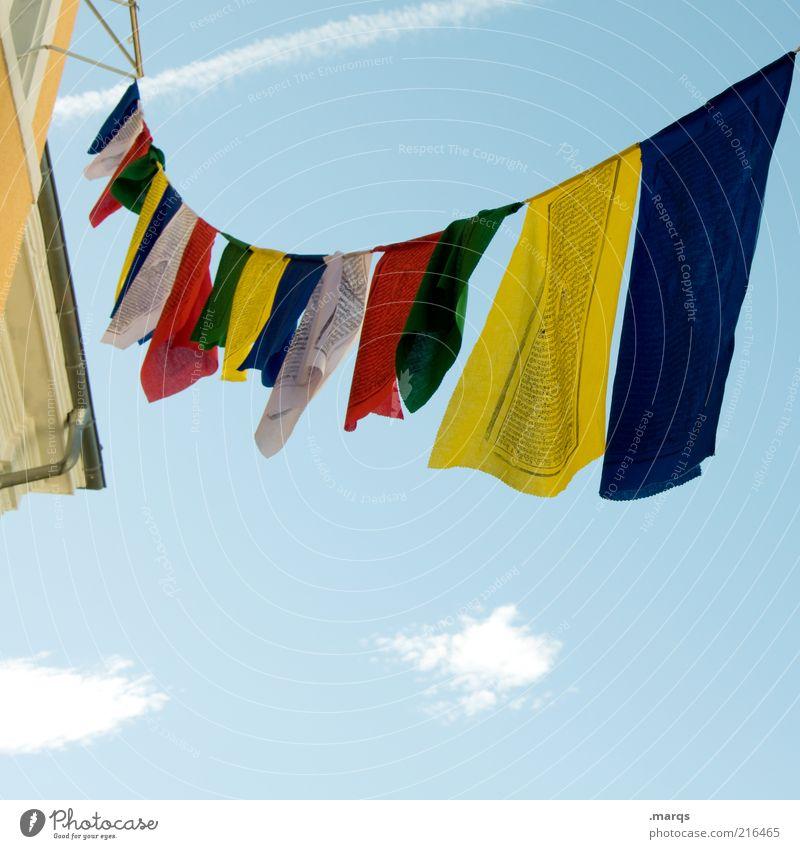 Flagge zeigen Wolken oben Gebäude Seil frei Fahne Frieden Stoff Zeichen hängen Schönes Wetter Tuch Blauer Himmel Perspektive mehrfarbig Gebetsfahnen
