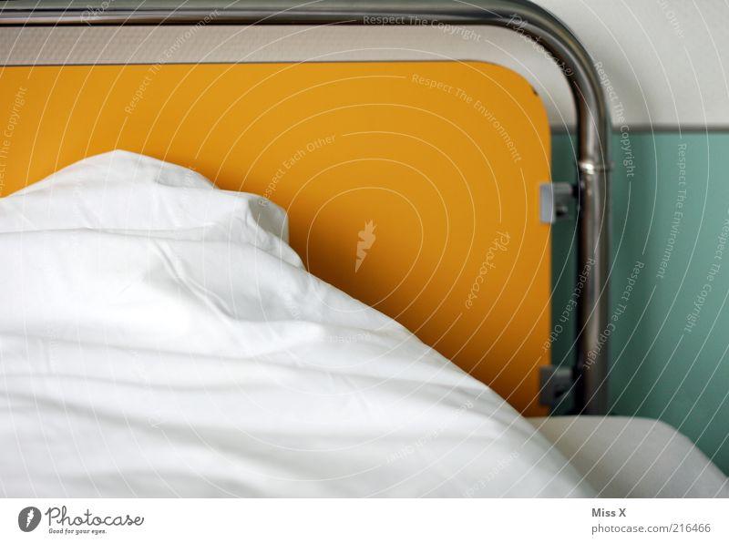 Krankenhausbettchen Bett Schlafzimmer weiß Reinlichkeit Sauberkeit Krankenbett Bettdecke Decke Farbfoto mehrfarbig Innenaufnahme Menschenleer Gesundheitswesen