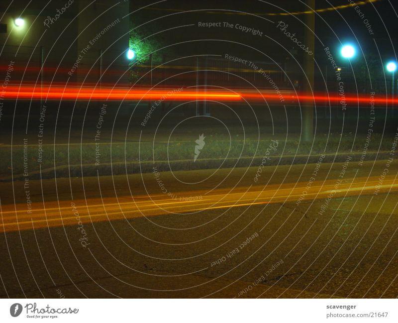nightshot Fahrzeug Langzeitbelichtung Licht rot Geschwindigkeit Rücklicht Nacht Dämmerung Verkehr Aktion autolicht Bewegung Straße mehrfarbig