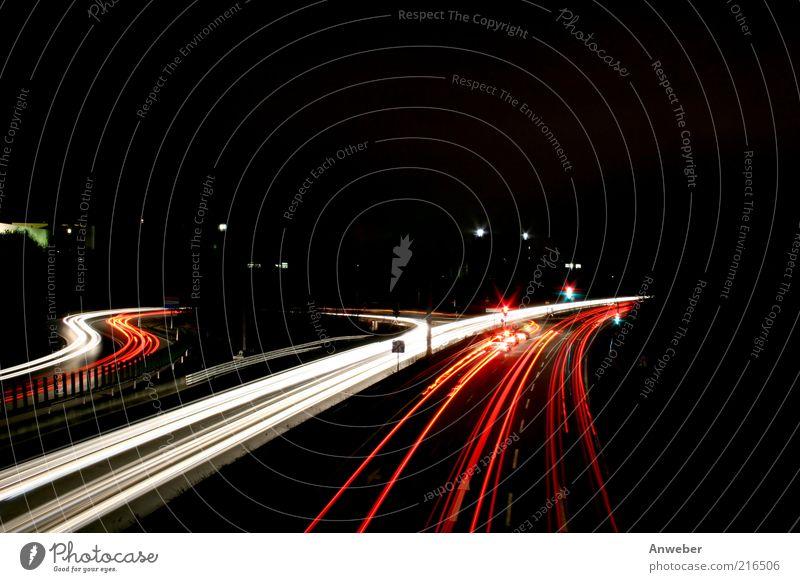 Langzeitbelichteter Autobahnzubringer weiß schön rot schwarz Straße dunkel PKW Deutschland Beleuchtung Verkehr ästhetisch Geschwindigkeit Verkehrswege Kurve