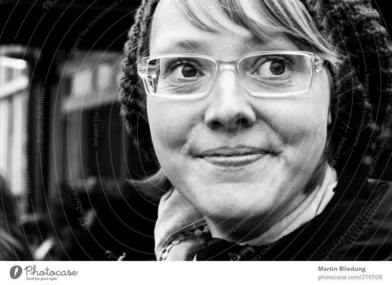 [HH10.1] adelig Glück Gesicht Wohlgefühl Zufriedenheit Mensch feminin Junge Frau Jugendliche Erwachsene Leben 18-30 Jahre Brille Mütze Scheitel beobachten