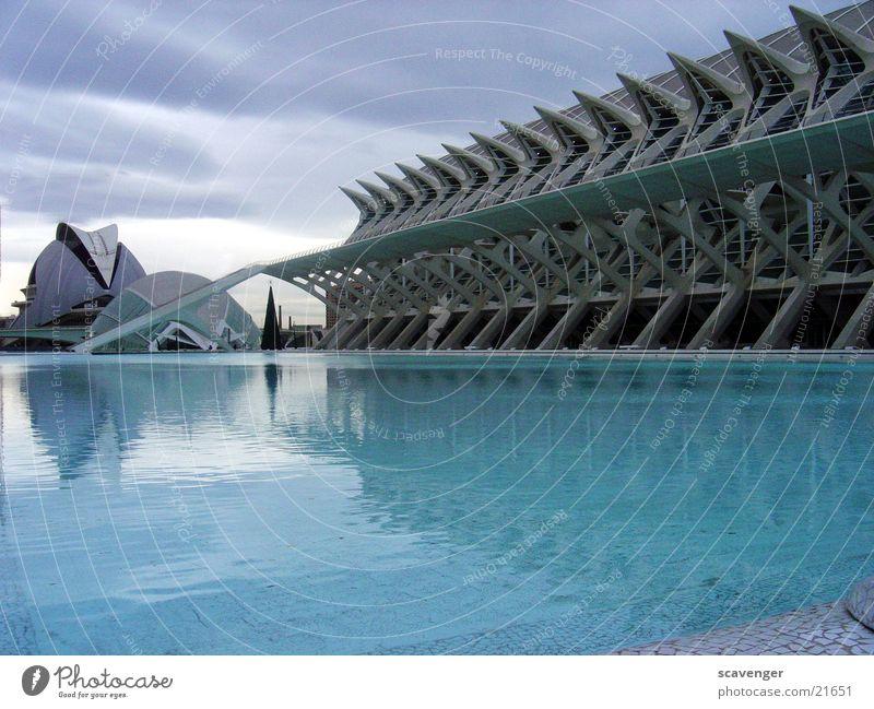 Museum Valencia 2 Wasser Himmel blau Wolken grau Stein See Gebäude Architektur groß modern Schwimmbad Denkmal Kino Spanien Teich