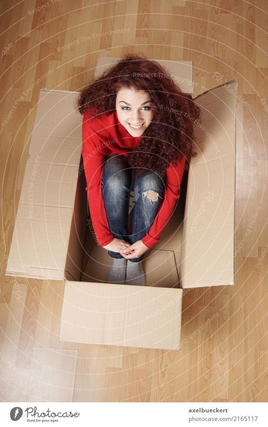 junge Frau sitzt in Umzugskarton Lifestyle Freude Glück Häusliches Leben Wohnung Umzug (Wohnungswechsel) Mensch feminin Mädchen Junge Frau Jugendliche