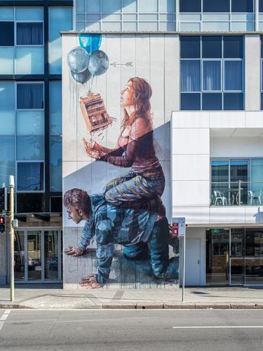 Newtown streetart blau Stadt Haus Fenster Architektur Graffiti Bewegung Gebäude Paar grau Fassade modern Hochhaus Bauwerk Stadtzentrum Kunstwerk