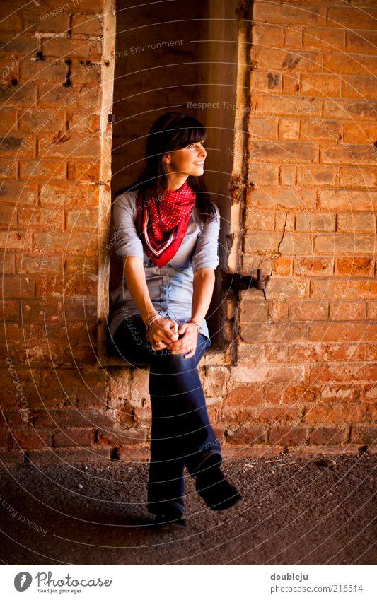 in der niesche Frau alt Erholung feminin Wand Fenster Mauer Gebäude Zufriedenheit sitzen Jeanshose Dame Backstein brünett Idee Lächeln