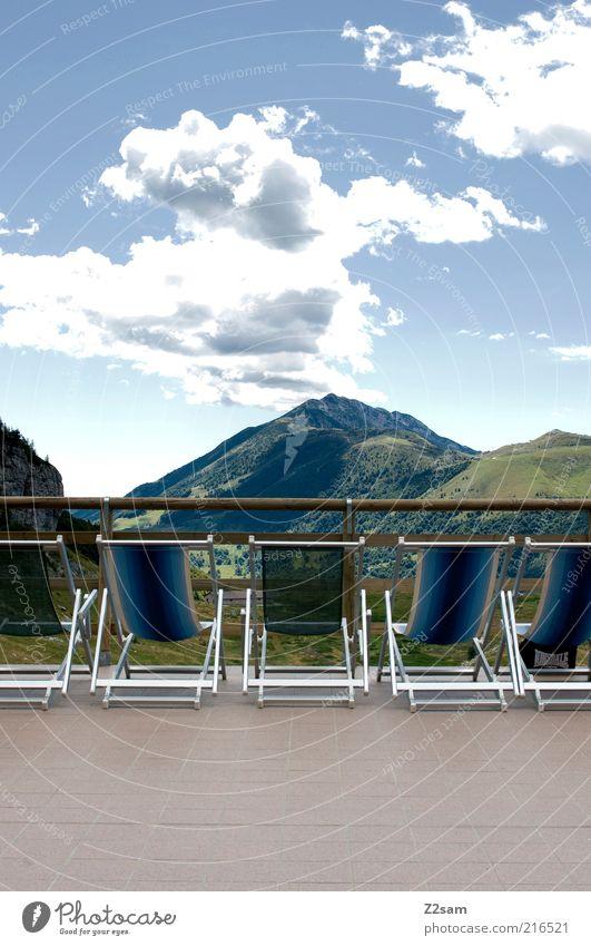 Sonnendeck ohne sonne Wellness Erholung ruhig Ferne Berge u. Gebirge Liegestuhl Umwelt Natur Landschaft Alpen Gipfel ästhetisch dunkel gigantisch Unendlichkeit