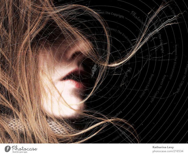 blow feminin Junge Frau Jugendliche Mund Kinn 1 Mensch 18-30 Jahre Erwachsene Stoff Schal Haare & Frisuren blond langhaarig atmen Duft hören schlafen träumen