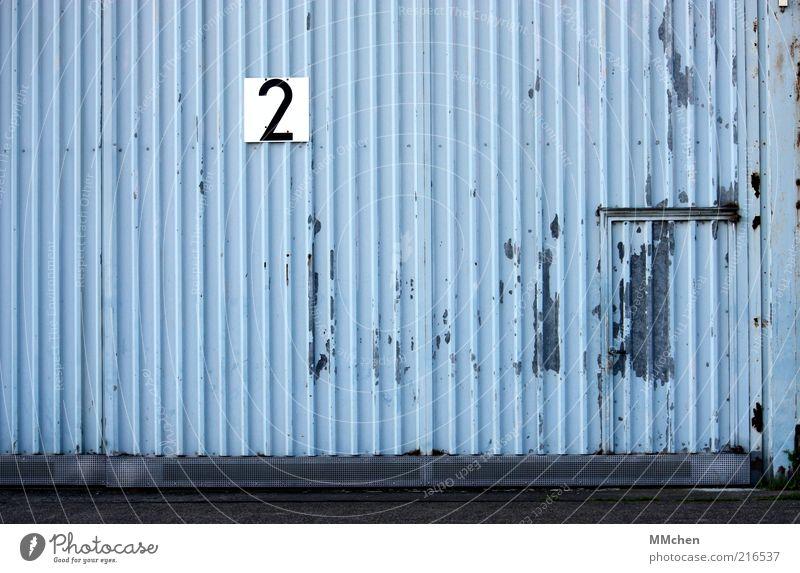 Tor Nummer 2 Gebäude blau Lagerhalle Halle Blech Tür Eingang Schilder & Markierungen Beschilderung Ziffern & Zahlen grau Hangar Farbfoto Außenaufnahme