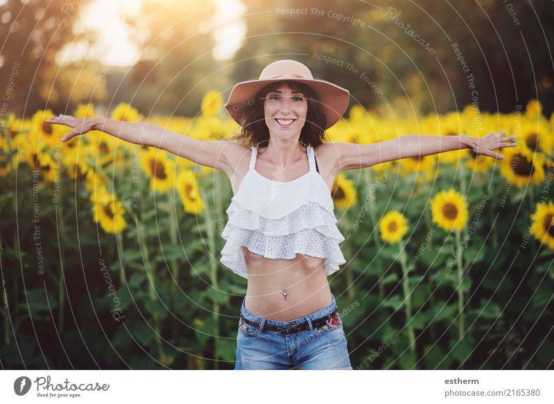 Lächelndes Mädchen auf dem Gebiet der Sonnenblumen Mensch Frau Ferien & Urlaub & Reisen Jugendliche Pflanze Junge Frau Sommer Freude Erwachsene Leben Lifestyle