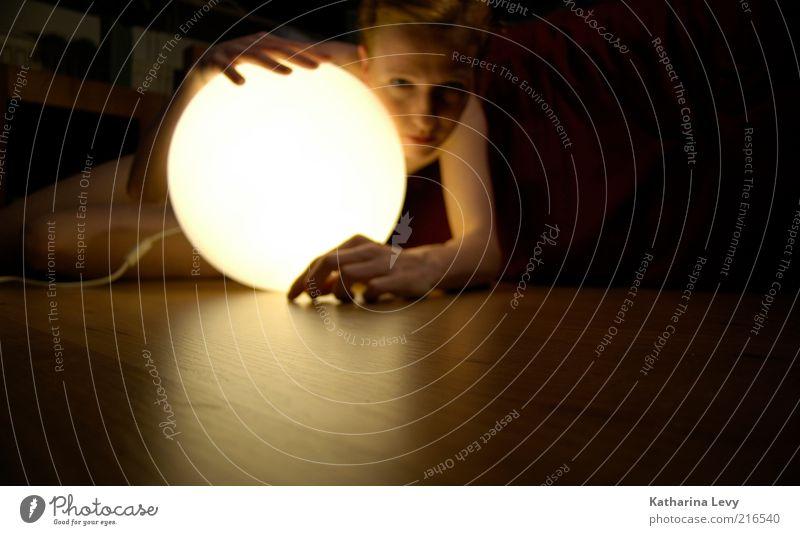Kontaktlinsen verloren? Frau Mensch Jugendliche Hand Erwachsene feminin Lampe blond Wohnung Suche rund beobachten Neugier geheimnisvoll 18-30 Jahre Parkett