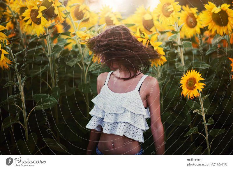 Mädchen auf dem Gebiet der Sonnenblumen Lifestyle Freude Wellness Ferien & Urlaub & Reisen Ausflug Abenteuer Freiheit Mensch feminin Junge Frau Jugendliche