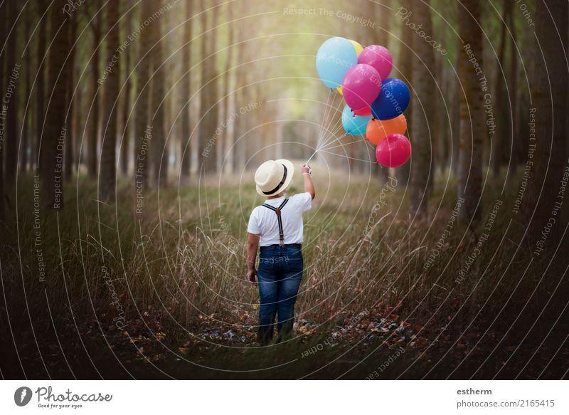 Kind mit Ballonen im Wald Mensch Natur Ferien & Urlaub & Reisen Einsamkeit Freude Lifestyle Gefühle Freiheit Ausflug träumen Kindheit Fröhlichkeit Abenteuer