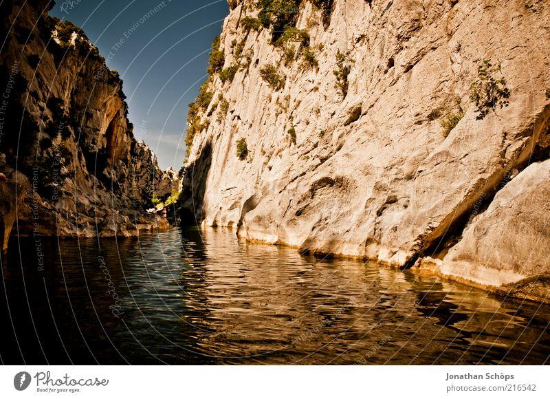 Tautavel I Natur Landschaft Wasser Schönes Wetter See Fluss Frankreich Europa ästhetisch außergewöhnlich eckig fantastisch gigantisch blau braun Felsen Schlucht