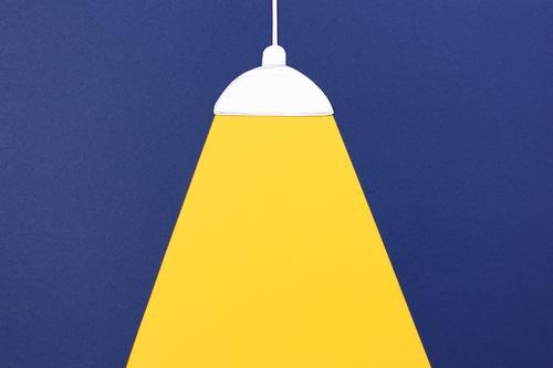 Licht an. Deckenlampe mit Lichtkegel Lampe beobachten leuchten einfach hell blau gelb Wahrheit Energie innovativ Häusliches Leben erleuchten fokussieren Papier