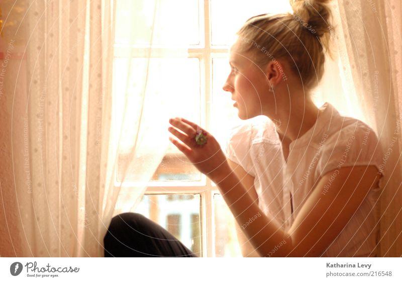 hello sunshine Mensch Junge Frau Jugendliche Leben 1 18-30 Jahre Erwachsene Mode Schmuck blond langhaarig beobachten Denken Erholung träumen Traurigkeit gelb