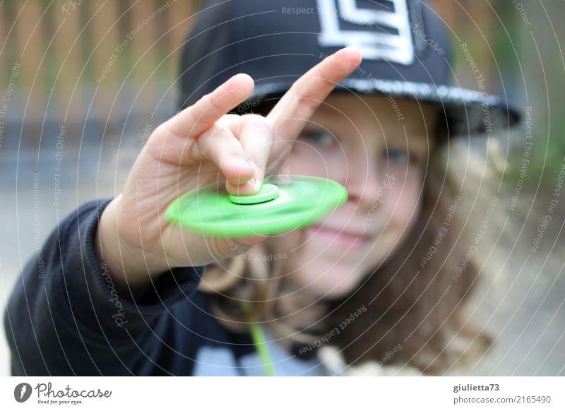 Rock 'n' Roll Spielen Fingerspiel Fidget Spinner Kind Junge Kindheit 1 Mensch 8-13 Jahre Mütze Baseballmütze Snapback langhaarig Locken drehen Lächeln Coolness