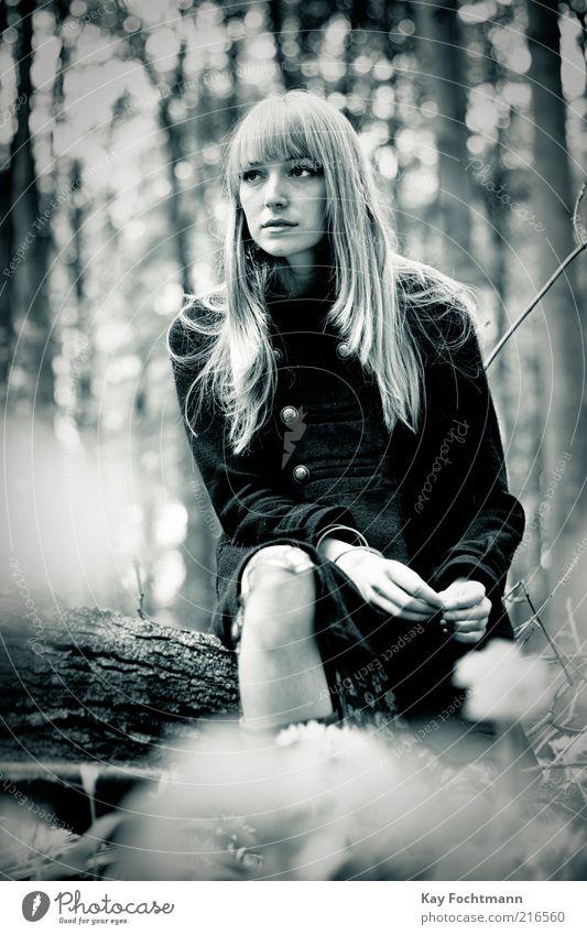 ...und wieder ein mädchen im wald..04 Stil schön Mensch feminin Junge Frau Jugendliche 1 18-30 Jahre Erwachsene Sommer Baum Mantel blond langhaarig beobachten