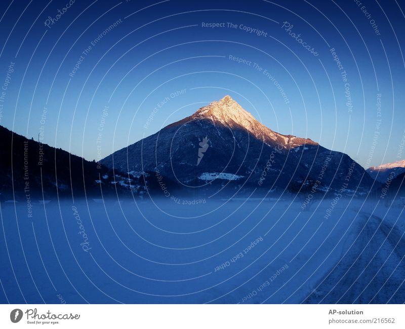 Tschirgant Natur Himmel weiß blau Winter kalt Schnee Berge u. Gebirge Wege & Pfade Landschaft Nebel frisch violett Alpen Gipfel