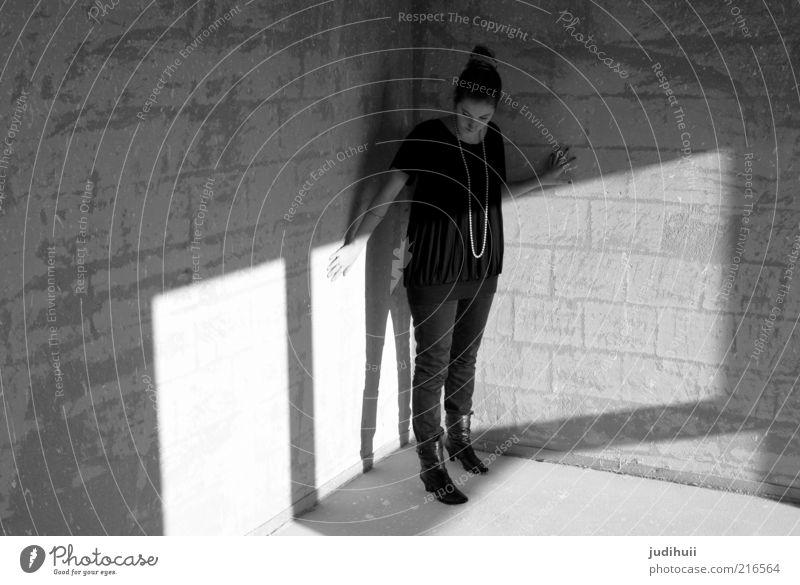 Cornershop Mensch Jugendliche Erwachsene Haus feminin dunkel kalt Wand grau Denken Raum Angst dreckig Fassade Innenarchitektur stehen
