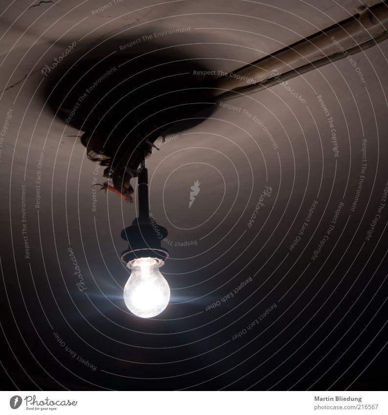 [HH10.1] ...ein weiterer Lichtblick Technik & Technologie glänzend hängen leuchten alt authentisch hell verschwenden Energie Glühbirne Kabel Decke Innenaufnahme