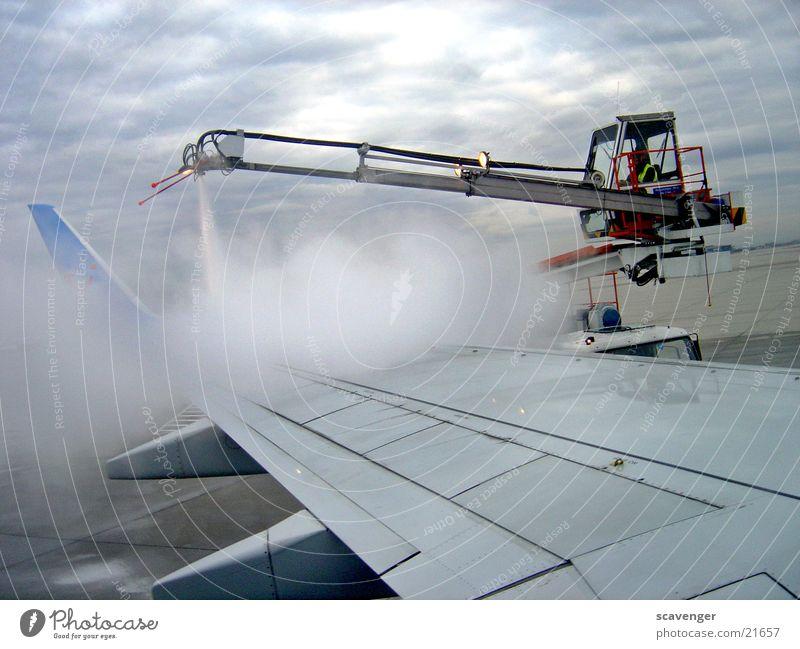 Enteisung Arbeit & Erwerbstätigkeit Flugzeug Luftverkehr Technik & Technologie Tragfläche Flughafen Maschine Kran Gerät Wasserdampf Vorbereitung Führerhaus