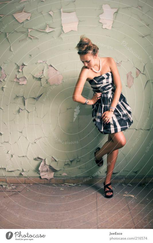 #216574 Lifestyle elegant Stil Junge Frau Jugendliche Erwachsene Leben Mensch Ruine Mauer Wand Mode Kleid Accessoire Damenschuhe stehen Coolness trendy schön