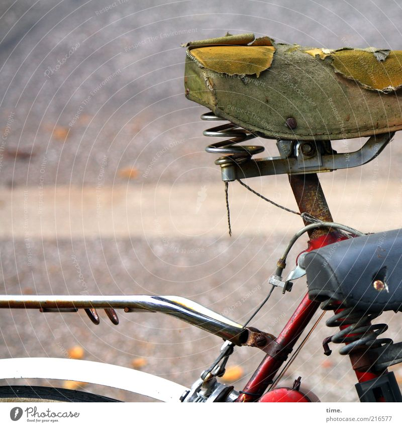 [HH10.1] - Seniorenspocht Mensch alt Fahrrad Metall kaputt Metallwaren Metallfeder schäbig parken Fahrradrahmen Anschnitt Bildausschnitt Textfreiraum links