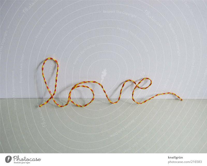 Ganz schön drahtig Draht Schriftzeichen Liebe gelb grau rot weiß Gefühle Verliebtheit Partnerschaft Schönschrift gekrümmt gestreift Farbfoto Studioaufnahme