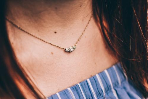 Details. Lifestyle kaufen Reichtum elegant Stil schön Körper feminin Junge Frau Jugendliche Erwachsene 1 Mensch Mode Accessoire Schmuck Kette Gold glänzend