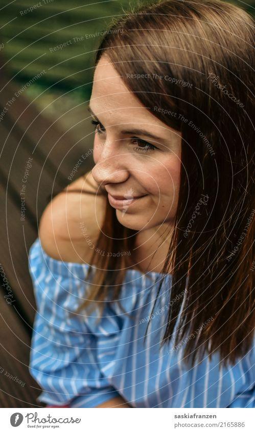 Seite. Mensch feminin Junge Frau Jugendliche Erwachsene Kopf Haare & Frisuren 1 18-30 Jahre Mode Bekleidung brünett beobachten Denken Erholung genießen Lächeln