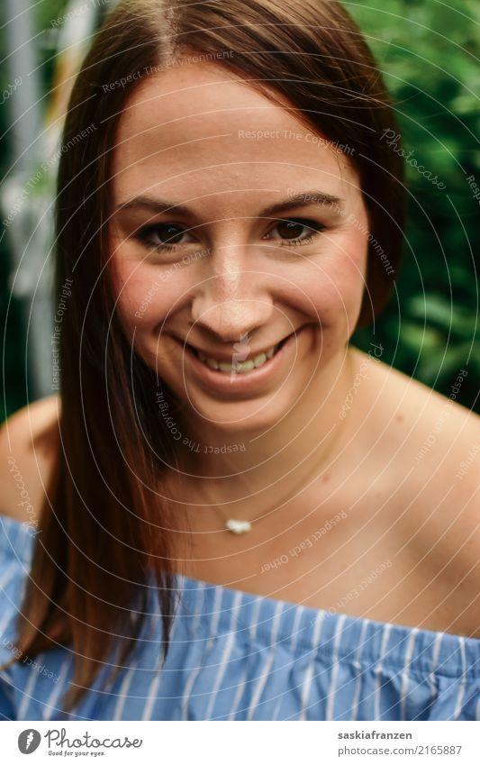 Frontal. Frau Mensch Jugendliche Junge Frau schön Freude 18-30 Jahre Gesicht Erwachsene Lifestyle natürlich feminin Familie & Verwandtschaft Stil Glück