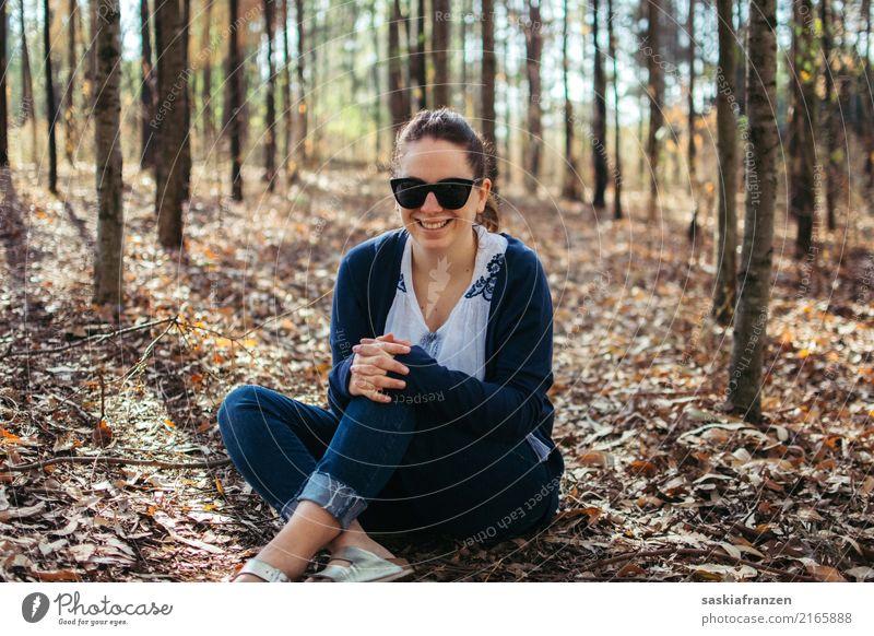 Herbstwald III. Mensch feminin Junge Frau Jugendliche Erwachsene Schwester Körper 1 18-30 Jahre Natur Wald Jeanshose Accessoire Sonnenbrille Glück positiv Wärme