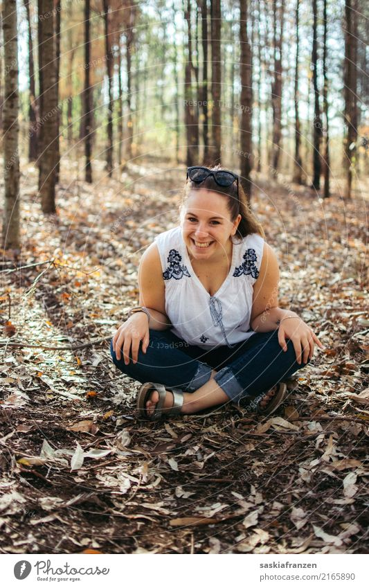 Herbstwald II. Mensch Frau Natur Jugendliche Pflanze Junge Frau schön Landschaft Baum Blatt Freude Wald 18-30 Jahre Erwachsene Umwelt Lifestyle