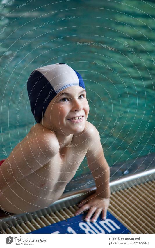 Fröhlicher kleiner Junge im Schwimmbad mit Badekappe Mensch maskulin Kind Kindheit 1 3-8 Jahre Badehose Schwimmen & Baden authentisch Fröhlichkeit Glück blau