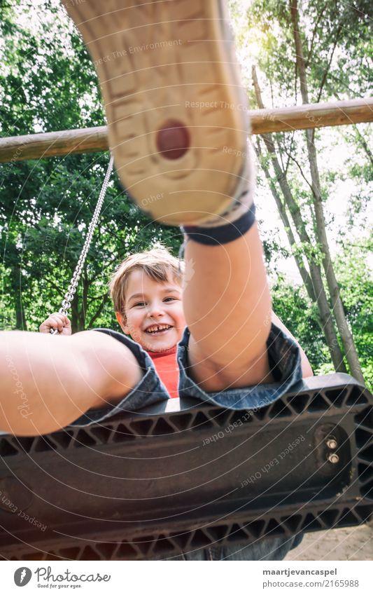 Kleiner Junge auf ein Schaukel im Park Freizeit & Hobby Spielen schaukeln Mensch maskulin Kind Kindheit Leben 1 3-8 Jahre Sommer blond Fröhlichkeit Glück lustig