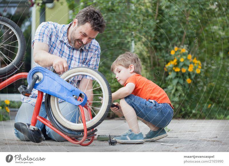 Vater und Sohn reparieren zusammen ein Fahrrad Lifestyle Freizeit & Hobby Basteln Reparatur Garten Mensch maskulin Kind Junge Mann Erwachsene