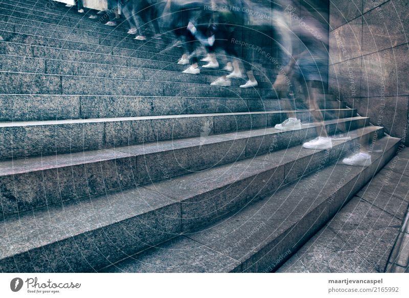 Eiligen Füßen in der Stadt Mensch Jugendliche 18-30 Jahre Erwachsene Leben Sport Fuß Menschengruppe Stein gehen Treppe 13-18 Jahre Schuhe Beginn laufen