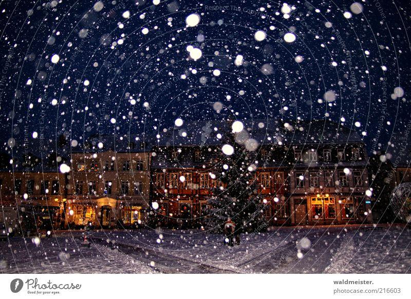 Bald ist Weihnachten blau Winter Haus Schnee Stimmung Schneefall braun Weihnachtsbaum Platz Weihnachtsdekoration Vorfreude Marktplatz Feste & Feiern Freude Kleinstadt Nachtaufnahme