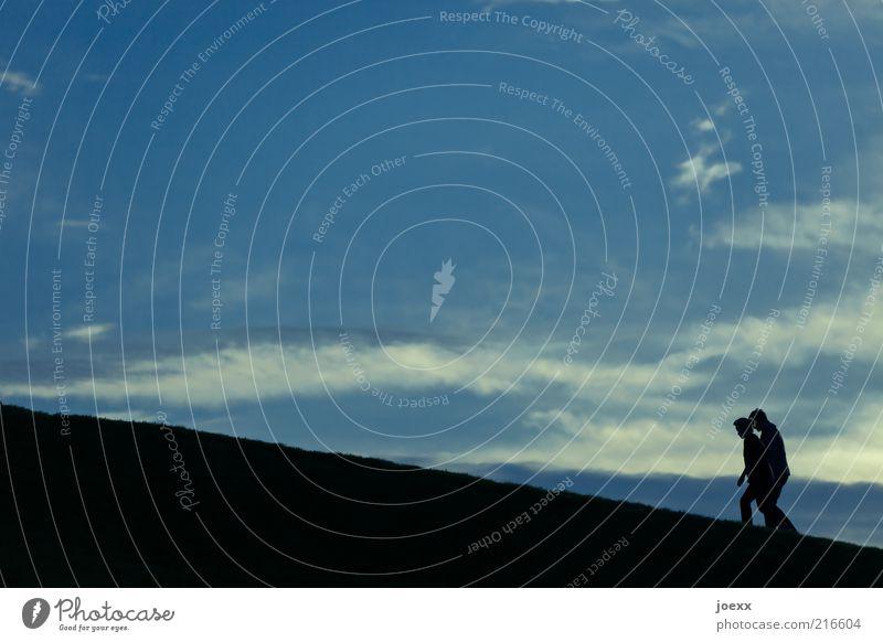 Paarlauf wandern Mensch maskulin Frau Erwachsene Mann Partner 2 Himmel Hügel gehen blau schwarz Freundschaft Zusammensein Romantik Vorsicht anstrengen Liebe