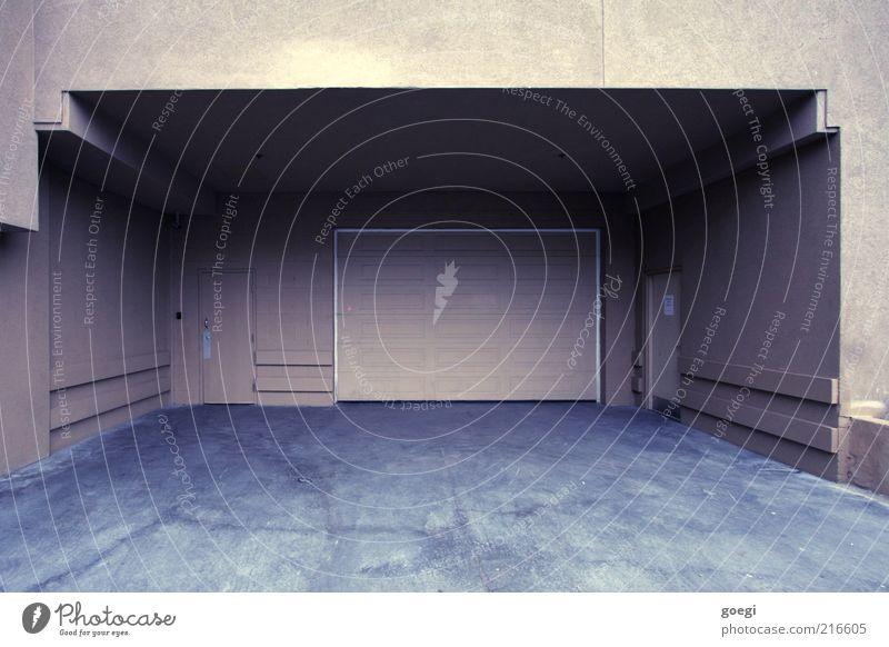zurückgezogen Haus Bauwerk Gebäude Mauer Wand Tür Garagentor Beton dreckig dunkel hässlich braun grau Hinterhof Eingang Farbfoto Außenaufnahme Menschenleer