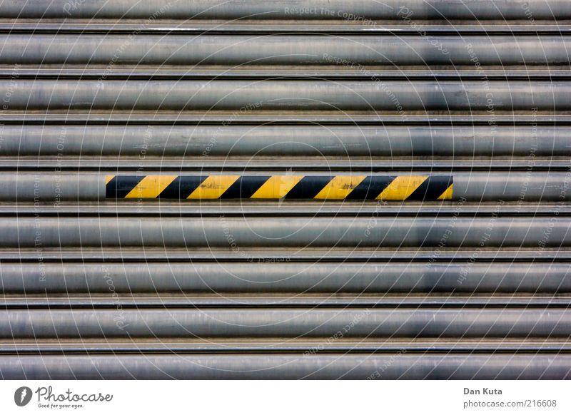 Un-Ordnung schwarz gelb grau Metall dreckig Schilder & Markierungen Streifen Tor Vorsicht gestreift gebraucht Warnung Gebäude Warnfarbe ölig