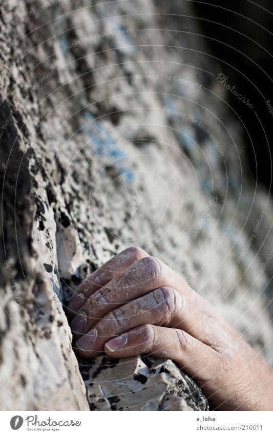 on the rocks (IV) Sport Sportler Klettern Kletteranlage Hand 1 Mensch Felsen berühren festhalten hängen sportlich Coolness natürlich grau Kraft Willensstärke