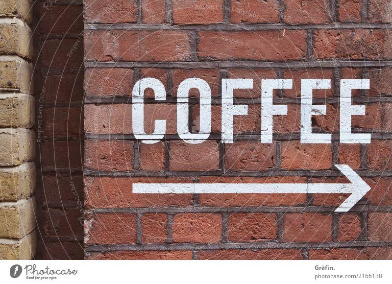 Kaffee - bitte folgen sie dem Pfeil Mauer Wand Fassade Stein Schriftzeichen Schilder & Markierungen Hinweisschild Warnschild entdecken genießen trinken retro