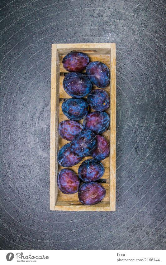 Frische Zwetschgen in einem Holzkasten Pflaume Frucht frisch Wasserspritzer Wassertropfen Gesundheit Gesunde Ernährung genießen Essen lecker essbar schön süß