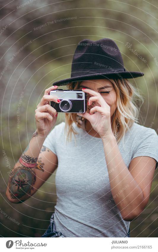 Junge Frau macht Foto mit Retro- Kamera Mensch Natur Ferien & Urlaub & Reisen Jugendliche schön Freude 18-30 Jahre Erwachsene feminin Stil Kunst Glück Tourismus