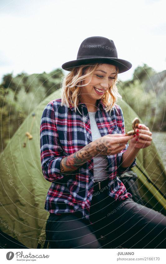 Junge Frau überprüft Richtung mit Kompass Mensch Natur Ferien & Urlaub & Reisen Jugendliche Sommer Wald Berge u. Gebirge 18-30 Jahre Erwachsene Herbst feminin