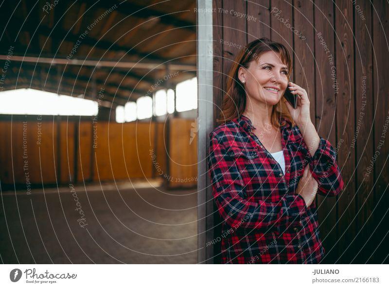 Reife Frau hat ein Gespräch an ihrem Telefon Mensch Ferien & Urlaub & Reisen Erwachsene Leben sprechen Lifestyle feminin Business Kommunizieren