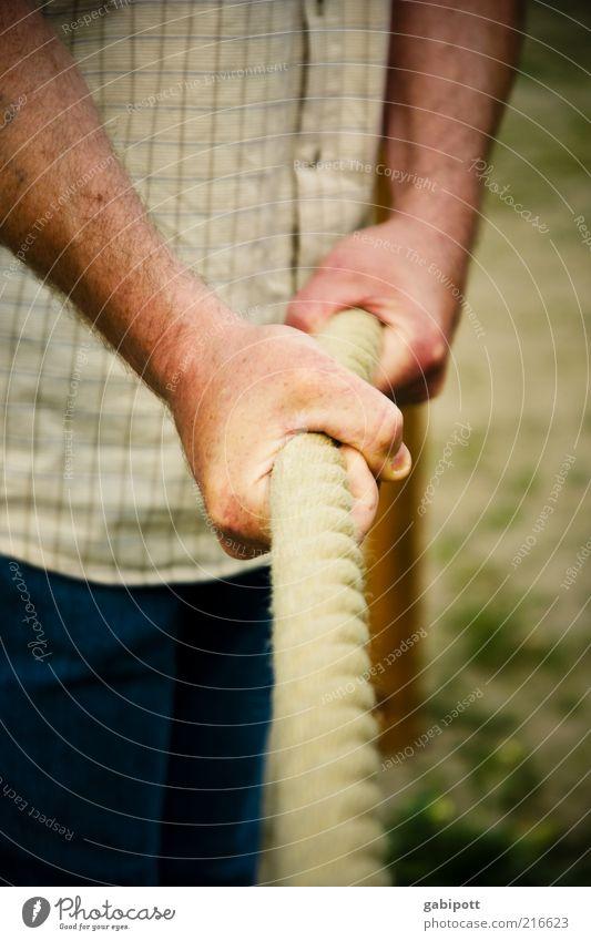 damit Sie auch morgen noch kraftvoll zupacken können Hand Finger Tauziehen stark Kraft Willensstärke Mut Tatkraft Gerechtigkeit anstrengen Konkurrenz Kontrolle