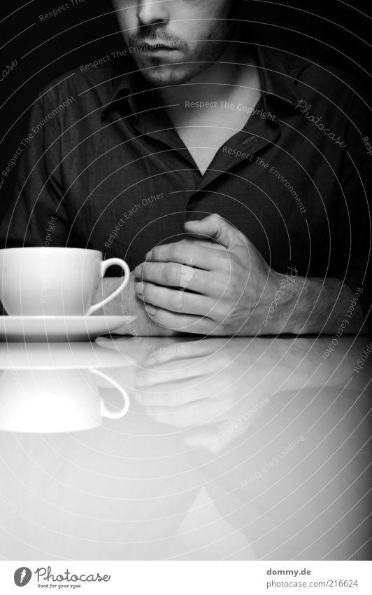 lass dir zeit Kaffeetrinken Tasse maskulin Junger Mann Jugendliche Erwachsene Gesicht Bart 1 Mensch 18-30 Jahre Hemd sitzen Mitgefühl Verzweiflung Hand