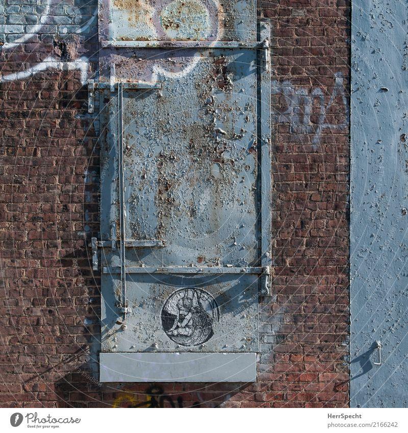 Beautiful decay Stadt Haus Fenster Wand Graffiti Gebäude Mauer außergewöhnlich Stein Fassade Metall Tür trist authentisch Bauwerk trendy